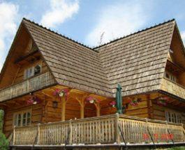 Stylowy dom drewniany kryty gontem